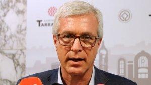 L'alcalde de Tarragona, Josep Fèlix Ballesteros, atenent els mitjans de comunicació aquest divendres, 1 de juny