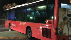 L'autobús va quedar encallat enmig de la rotonda del passeig de Sant Antoni de Tarragona