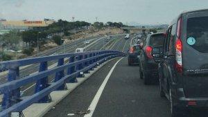Llargues cues a l'A-7, a l'alçada de Tarragona, per l'avaria d'un camió.