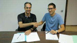 Moment en què es signa l'acord entre l'Associació Aurora i l'Ajuntament dels Gardinells