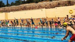 Participants del 'Mulla't' llençant-se a una piscina.