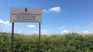 Terrenys on ha d'anar ubicada la nova escola de Vallmoll, amb el cartell de 2009.