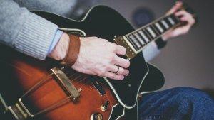 Todas las partes de la guitarra, eléctrica, acústica y española.