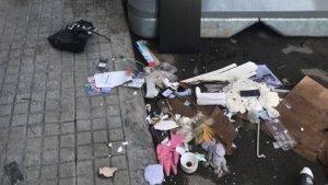 Un carrer ple d'escombraries