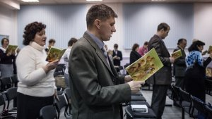 Un grupo de testigos de Jehová lee pasajes de la Biblia.