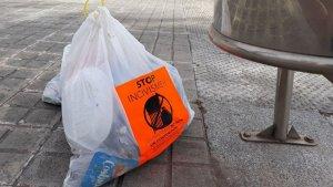 Una de les brosses marcades al mig del carrer a Calafell.