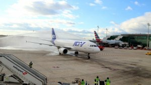 Una imatge d'un avió americà a la pista de l'aeroport del Prat