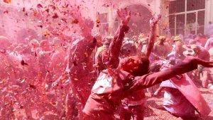 Varias personas se dejan llevar por el éxtasis en el Holi.