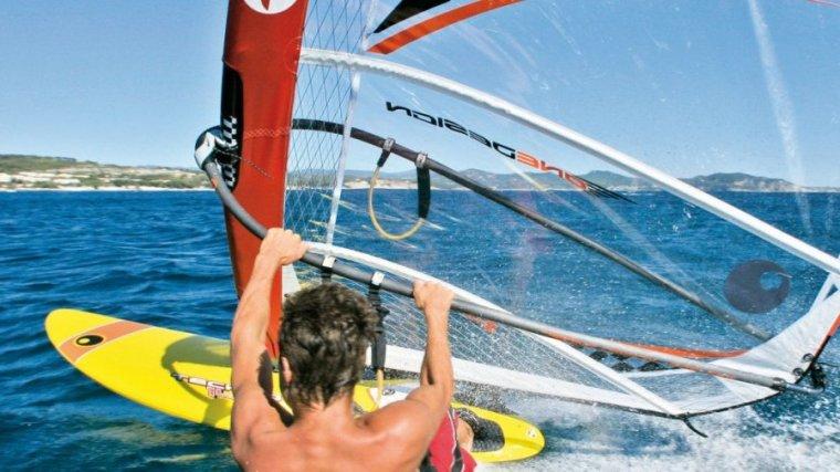 Cambrils és un dels municipis on s'hi pot practicar windsurf.