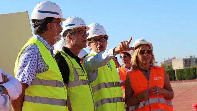D'esquerra a dreta: Josep Maria Milà, Josep Fèlix Ballesteros, Javier Villamayor i Maria Isabel Negueruela, durant la visita d'obres de l'estadi d'atletisme.