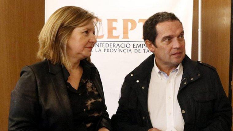 El cap del Gabinet d'Estudis de la CEPTA, Juan Gallardo, conversant amb la directora general de l'AEQT, Teresa Pallarès, i el director de desenvolupament corporatiu de l'Autoritat Portuària, Joan Basora.