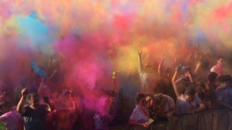 Explosió de colors durant la primera tirada del Holi Dolly Rubí Festival 2017