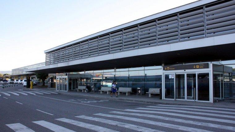 Exterior de la terminal de l'Aeroport de Reus.