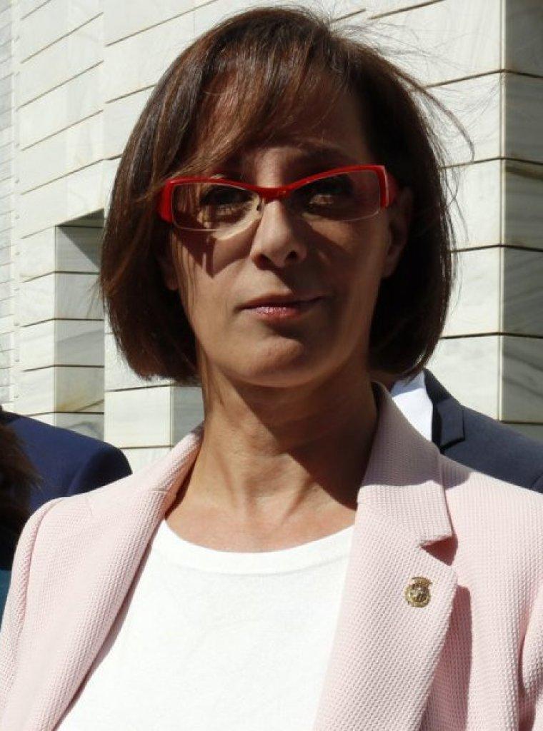 La portaveu de Cs a la Paeria, Ángeles Ribes, mostrant la denuncia contra Arran a la fiscalia, acompanyada d'Arrimadas