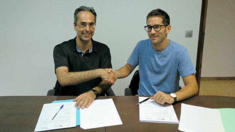Moment en què es signa l'acord entre l'Associació Aurora i l'Ajuntament dels Garidells