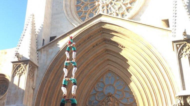Primera torre de 9 amb folre i manilles de la temporada dels Castellers de Vilafranca al Pla de la Seu de Tarragona