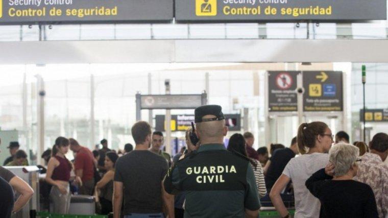 Un agent de la Guàrdia Civil a l'Aeroport del Prat