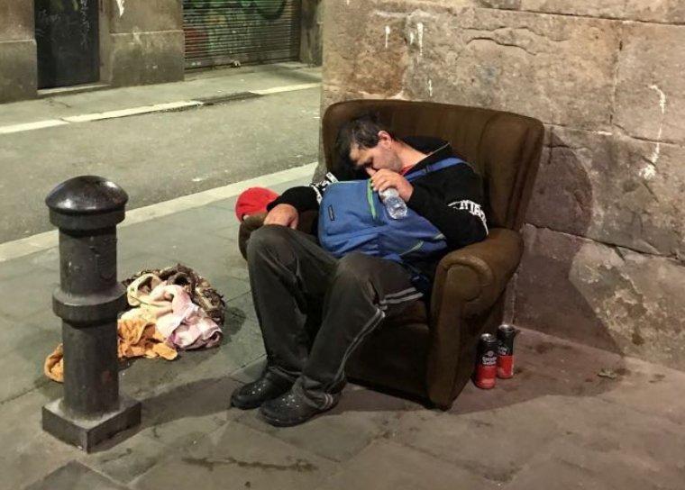 Un home dorm al carrer