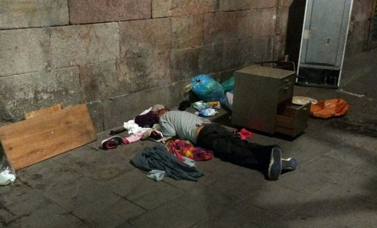 Un home dorm al Raval