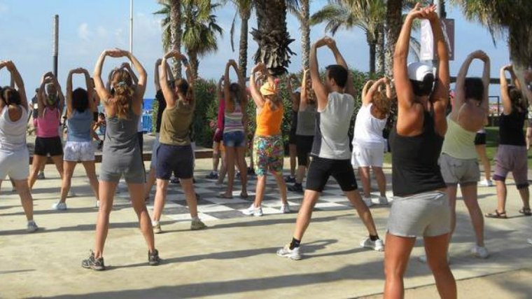 Una classe dirigida a la zona esportiva a la platja de Salou.