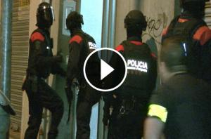 Agents de l'ARRO dels Mossos entrant a un dels pisos de la banda.