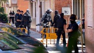 Agents del GEI i de la BRIMO dels Mossos durant l'escorcoll del pis del presumpte terrorista.