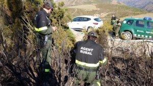 Agents rurals treballant en un dels focus de l'incendi de Roses