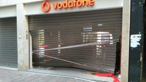 Aquesta matinada han estampat un cotxe per entrar a robar dins a la botiga