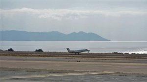 Avión aterrizando en el aeropuerto de Almería.