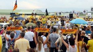 Centenars de persones es concentren a Mas d'Enric en suport a Forcadell.