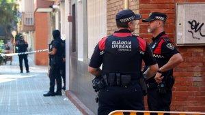Dos agents de la Guàrdia Urbana de Cornellà, prop de la casa del presumpte terrorista.