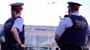 Dos agents dels Mossos d'Esquadra en una imatge d'arxiu