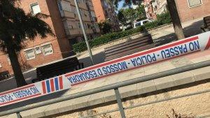 El precinte policial que els Mossos han col·locat als exteriors de l'edifici on vivia el presumpte terrorista