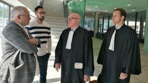 El raper Valtonyc, amb Lluís Puig i els seus advocats, aquest dimarts als jutjats de Gant