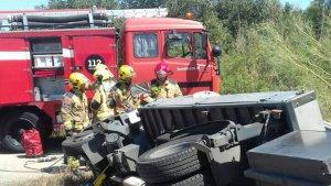 Els Bombers de la Generalitat han actuat en l'accident del camió bolcat a Tivissa.