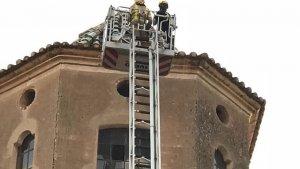 Els Bombers, treballant en l'edifici després de l'impacte del llamp.