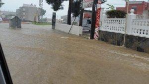 Els carrers s'han convertit en rius a Creixell