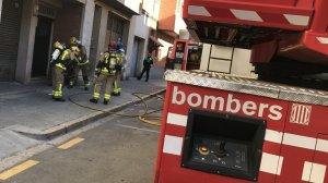Els efectius dels Bombers i la Guàrdia Urbana de Reus, treballant al lloc dels fets.