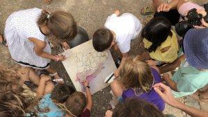 Els infants construeixen un mapa de la Catalunya medieval.