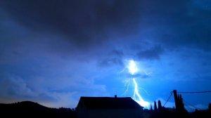Els llamps han estat espectaculars les últimes hores, com aquest des d'Olèrdola, al Baix Penedès