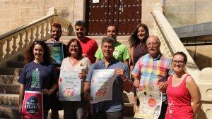 Els regidors presentant el cartell de la Festa Major de la Mare de Déu del Camí.