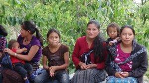 Guatemalteques esperant per la consulta dels metges tarragonins