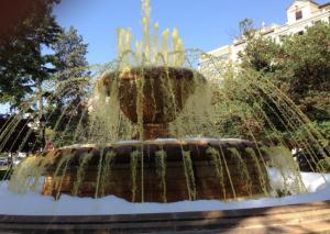 Imatge de la font pintada de groc
