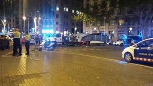 Imatge de la grua retirant el vehicle causant de l'atemptat.