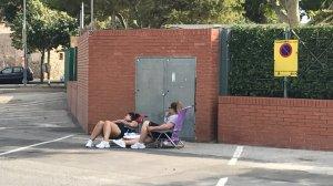 Imatge de les dues noies que acampen al Parc del Pinaret de Cambrils