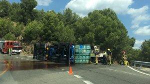 Imatge del camió d'oli bolcat a l'N-240 al Coll de Lilla.