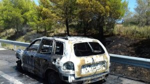Imatge del cotxe afectat, al voral de l'AP-7