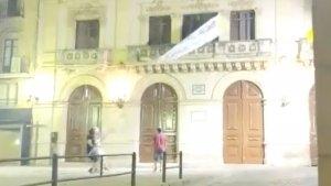 Imatge del moment en què arrenquen la pancarta del balcó de l'Ajuntament de Valls.