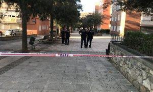 Imatge del precinte que els Mossos ha col·locat als exteriors de la comissaria de Cornellà