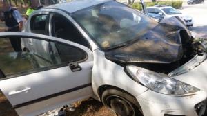 Imatge del vehicle després de patir l'accident a la rotonda de Sant Feliu de Guíxols.